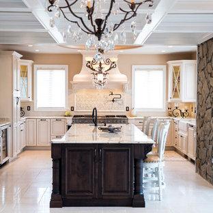 ワシントンD.C.の広いトラディショナルスタイルのおしゃれなキッチン (エプロンフロントシンク、レイズドパネル扉のキャビネット、ベージュのキャビネット、御影石カウンター、ベージュキッチンパネル、セラミックタイルのキッチンパネル、パネルと同色の調理設備、磁器タイルの床、ベージュの床、マルチカラーのキッチンカウンター、格子天井) の写真