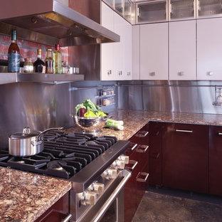 Geschlossene, Mittelgroße Klassische Küche mit flächenbündigen Schrankfronten, hellbraunen Holzschränken, Quarzwerkstein-Arbeitsplatte, Küchenrückwand in Metallic, Rückwand aus Metallfliesen, Küchengeräten aus Edelstahl und Betonboden in Milwaukee