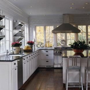 バーミングハムの中サイズのインダストリアルスタイルのおしゃれなキッチン (ドロップインシンク、シェーカースタイル扉のキャビネット、白いキャビネット、ソープストーンカウンター、白いキッチンパネル、サブウェイタイルのキッチンパネル、シルバーの調理設備の、濃色無垢フローリング、茶色い床) の写真