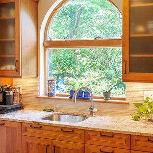 Idéer för att renovera ett mellanstort vintage kök, med en undermonterad diskho, luckor med profilerade fronter, skåp i ljust trä, granitbänkskiva, beige stänkskydd, en halv köksö, stänkskydd i sten, rostfria vitvaror, klinkergolv i terrakotta och beiget golv