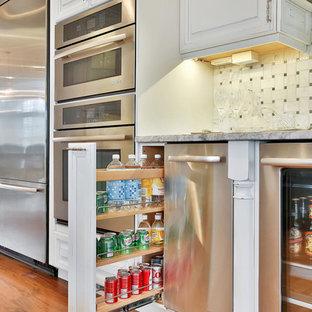 Mittelgroße Maritime Wohnküche mit Landhausspüle, profilierten Schrankfronten, Schränken im Used-Look, Granit-Arbeitsplatte, Küchenrückwand in Grau, Rückwand aus Keramikfliesen, Küchengeräten aus Edelstahl, Sperrholzboden und Kücheninsel in New York