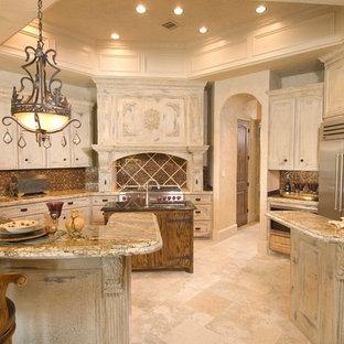 Idéer för medelhavsstil kök, med granitbänkskiva, rostfria vitvaror, skåp i slitet trä och brunt stänkskydd