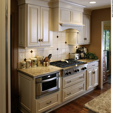 Traditional Kitchen by Team Farrell