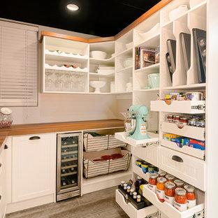 Imagen de cocina de estilo de casa de campo, de tamaño medio, con despensa, armarios abiertos, puertas de armario blancas, encimera de madera, suelo de baldosas de porcelana, suelo marrón y encimeras marrones
