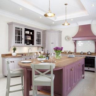 他の地域のトラディショナルスタイルのおしゃれなアイランドキッチン (紫のキャビネット、白いキッチンパネル、白い床、ベージュのキッチンカウンター) の写真
