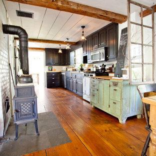 Foto de cocina de estilo de casa de campo con puertas de armario negras