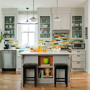 Idéer för vintage kök, med en rustik diskho, luckor med glaspanel, grå skåp, bänkskiva i kvarts, flerfärgad stänkskydd och stänkskydd i keramik