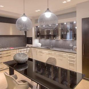 Mittelgroße Moderne Wohnküche ohne Insel in L-Form mit Waschbecken, Glasfronten, Edelstahlfronten, Marmor-Arbeitsplatte, Küchenrückwand in Grau, Rückwand aus Marmor, Küchengeräten aus Edelstahl, hellem Holzboden und orangem Boden in Sydney