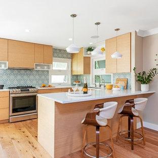 タンパのコンテンポラリースタイルのおしゃれなキッチン (アンダーカウンターシンク、フラットパネル扉のキャビネット、中間色木目調キャビネット、木材カウンター、白いキッチンパネル、セメントタイルのキッチンパネル、シルバーの調理設備、無垢フローリング、茶色い床) の写真
