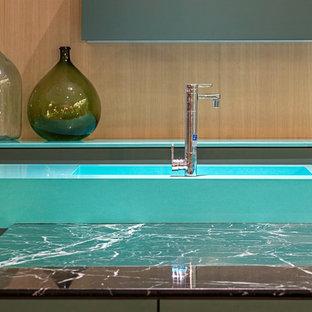 ハンプシャーのコンテンポラリースタイルのおしゃれなアイランドキッチン (中間色木目調キャビネット、珪岩カウンター) の写真
