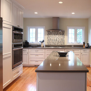 Eat-in kitchen - traditional eat-in kitchen idea in DC Metro with white cabinets, quartz countertops, gray backsplash, mosaic tile backsplash and stainless steel appliances
