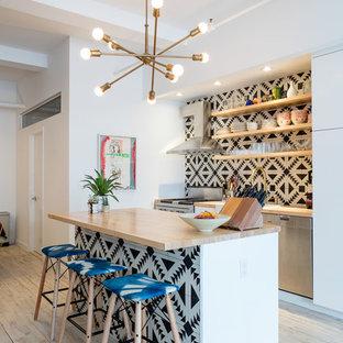 ニューヨークのエクレクティックスタイルのおしゃれなキッチン (ドロップインシンク、オープンシェルフ、白いキャビネット、木材カウンター、マルチカラーのキッチンパネル、セメントタイルのキッチンパネル、シルバーの調理設備、淡色無垢フローリング、ベージュの床) の写真