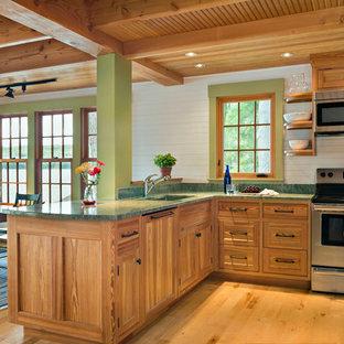 Immagine di una piccola cucina stile rurale con lavello sottopiano, ante lisce, ante in legno chiaro, top in granito, paraspruzzi verde, paraspruzzi in lastra di pietra, elettrodomestici in acciaio inossidabile e parquet chiaro