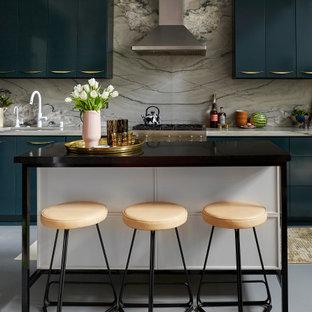 Kleine Moderne Küche mit flächenbündigen Schrankfronten, Quarzit-Arbeitsplatte, Rückwand aus Stein, Küchengeräten aus Edelstahl, Betonboden, Kücheninsel, grauem Boden, grünen Schränken, bunter Rückwand und bunter Arbeitsplatte in Los Angeles