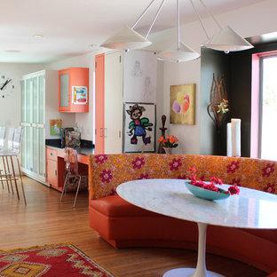 ロサンゼルスのコンテンポラリースタイルのおしゃれなダイニングキッチン (フラットパネル扉のキャビネット、オレンジのキャビネット) の写真