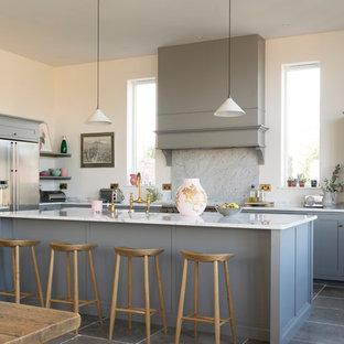 Inspiration för ett stort vintage kök, med skåp i shakerstil, grå skåp, bänkskiva i kvartsit, vitt stänkskydd, stänkskydd i marmor, rostfria vitvaror, kalkstensgolv, en köksö och grått golv