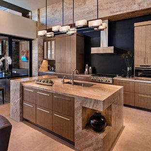 Неиссякаемый источник вдохновения для домашнего уюта: большая угловая кухня в стиле фьюжн с врезной раковиной, плоскими фасадами, фасадами цвета дерева среднего тона, столешницей из известняка, черным фартуком, техникой из нержавеющей стали, полом из керамогранита, островом, бежевым полом и обеденным столом