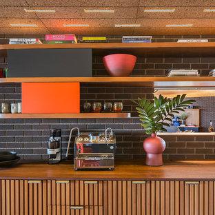 Свежая идея для дизайна: кухня в стиле ретро с врезной раковиной, открытыми фасадами, фасадами цвета дерева среднего тона, деревянной столешницей, фартуком из кирпича, коричневой столешницей и деревянным потолком - отличное фото интерьера