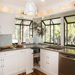Ispirazione per una grande cucina moderna con lavello sottopiano, ante in stile shaker, ante bianche, top in quarzo composito, paraspruzzi con piastrelle di vetro, elettrodomestici in acciaio inossidabile, pavimento in bambù, penisola, paraspruzzi blu e pavimento marrone