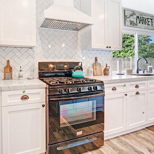 Idee per una cucina tradizionale di medie dimensioni con lavello sottopiano, ante in stile shaker, ante turchesi, top in marmo, paraspruzzi bianco, paraspruzzi in marmo, elettrodomestici neri, pavimento in gres porcellanato, isola, pavimento marrone e top bianco