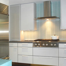 Modern Kitchen Cabinetry by Red Pepper Design & Cabinetry
