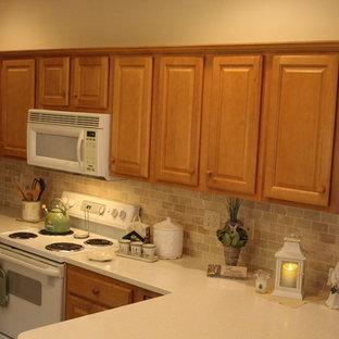 インディアナポリスのカントリー風おしゃれなダイニングキッチン (ダブルシンク、人工大理石カウンター、ベージュキッチンパネル、トラバーチンのキッチンパネル、クッションフロア、アイランドなし、茶色い床) の写真