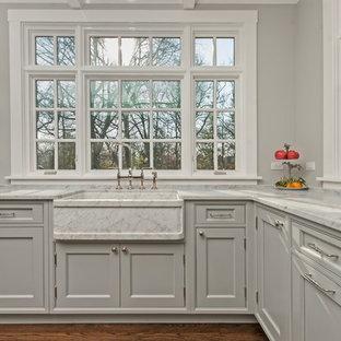 Idéer för stora skandinaviska kök, med en rustik diskho, luckor med profilerade fronter, grå skåp, marmorbänkskiva, stänkskydd med metallisk yta, stänkskydd i metallkakel, rostfria vitvaror, mellanmörkt trägolv och en köksö