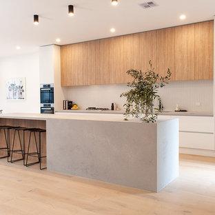 Offene, Zweizeilige, Geräumige Skandinavische Küche mit integriertem Waschbecken, offenen Schränken, hellen Holzschränken, Quarzwerkstein-Arbeitsplatte, Küchenrückwand in Grau, Rückwand aus Marmor, schwarzen Elektrogeräten, hellem Holzboden, Kücheninsel und grauer Arbeitsplatte in Melbourne