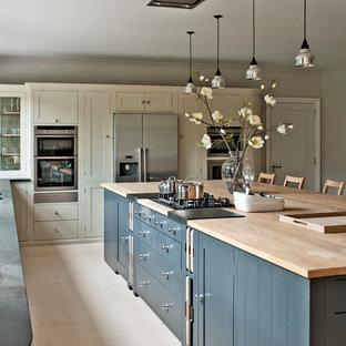 Esempio di una grande cucina minimal chiusa con ante in stile shaker, ante grigie, top in legno, elettrodomestici in acciaio inossidabile e isola