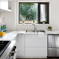 Modern Kitchen by Caricari Lee Architects Inc.