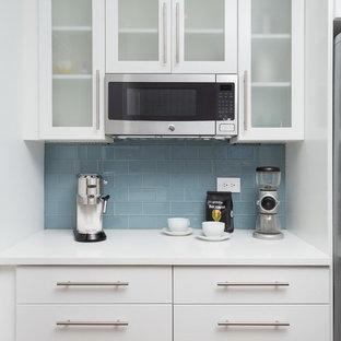 Diseño de cocina comedor de galera, moderna, de tamaño medio, sin isla, con fregadero bajoencimera, armarios con paneles lisos, puertas de armario blancas, encimera de cobre, salpicadero azul, salpicadero de azulejos tipo metro, electrodomésticos de acero inoxidable y suelo de madera en tonos medios
