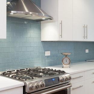 Zweizeilige, Mittelgroße Moderne Wohnküche ohne Insel mit Unterbauwaschbecken, flächenbündigen Schrankfronten, weißen Schränken, Kupfer-Arbeitsplatte, Küchenrückwand in Blau, Rückwand aus Metrofliesen, Küchengeräten aus Edelstahl und braunem Holzboden in Chicago