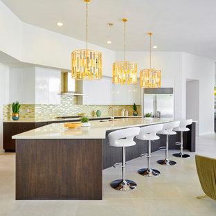 Idee per una cucina ad ambiente unico minimalista con lavello a doppia vasca, ante lisce, ante bianche, paraspruzzi a effetto metallico, paraspruzzi con piastrelle di metallo, elettrodomestici in acciaio inossidabile, isola, pavimento beige e top beige