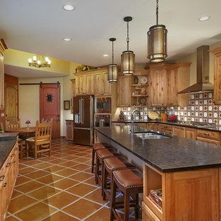 Idéer för ett mycket stort amerikanskt kök, med en dubbel diskho, luckor med upphöjd panel, skåp i mellenmörkt trä, granitbänkskiva, flerfärgad stänkskydd, stänkskydd i terrakottakakel, rostfria vitvaror, klinkergolv i terrakotta och en köksö
