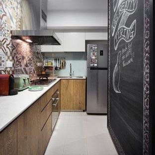 シンガポールのコンテンポラリースタイルのおしゃれなキッチン (アンダーカウンターシンク、フラットパネル扉のキャビネット、中間色木目調キャビネット、マルチカラーのキッチンパネル、セメントタイルのキッチンパネル、シルバーの調理設備、アイランドなし、白い床、白いキッチンカウンター) の写真