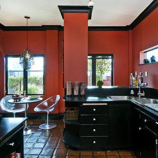 サンフランシスコのエクレクティックスタイルのおしゃれなキッチン (ドロップインシンク、黒いキャビネット) の写真