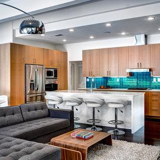 Immagine di una cucina moderna con ante lisce, ante in legno chiaro, paraspruzzi blu e elettrodomestici in acciaio inossidabile