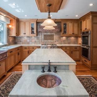 Bild på ett lantligt kök, med en rustik diskho och stänkskydd i skiffer