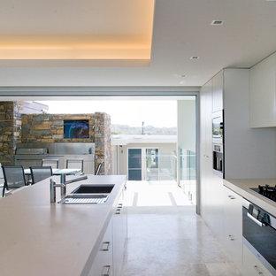 Foto de cocina minimalista con armarios con paneles lisos