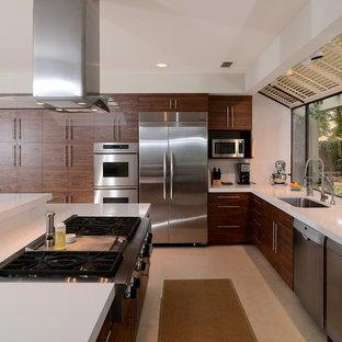 Esempio di una cucina minimal con lavello sottopiano, ante lisce, ante in legno scuro e elettrodomestici in acciaio inossidabile
