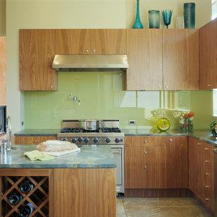 Moderne Küche in L-Form mit flächenbündigen Schrankfronten, hellbraunen Holzschränken, Küchenrückwand in Grün, Glasrückwand, Kücheninsel und grüner Arbeitsplatte in San Francisco