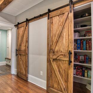 Idéer för att renovera ett mellanstort lantligt linjärt skafferi, med skåp i mellenmörkt trä, målat trägolv och brunt golv