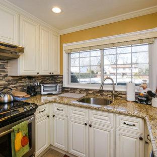 Foto di una cucina minimal chiusa e di medie dimensioni con lavello a vasca singola, ante beige, top in granito, paraspruzzi multicolore, paraspruzzi con piastrelle di vetro, elettrodomestici in acciaio inossidabile, pavimento con cementine e pavimento beige