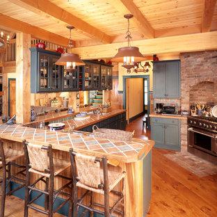 Exempel på ett rustikt kök, med luckor med glaspanel och kaklad bänkskiva