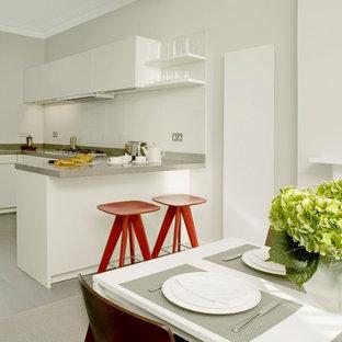 ロンドンの小さいコンテンポラリースタイルのおしゃれなキッチン (フラットパネル扉のキャビネット、白いキャビネット、珪岩カウンター、白いキッチンパネル、ボーダータイルのキッチンパネル) の写真