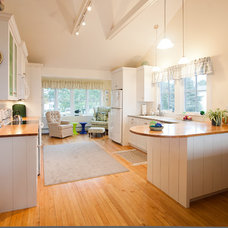 Beach Style Kitchen by Caleb Johnson Architects + Builders