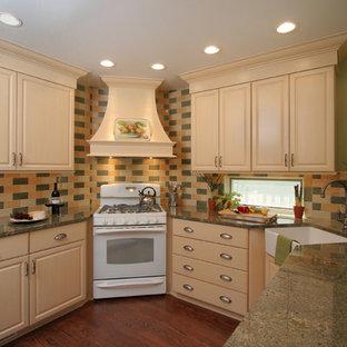 Idee per una cucina classica con paraspruzzi con piastrelle diamantate, lavello stile country e elettrodomestici bianchi
