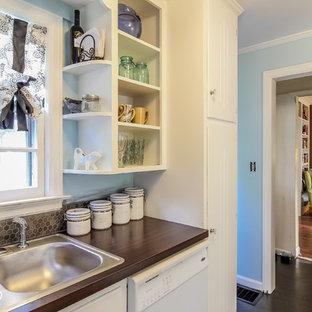 Immagine di una piccola cucina ad U eclettica chiusa con lavello da incasso, ante lisce, ante bianche, top in laminato, paraspruzzi marrone, paraspruzzi con piastrelle in ceramica, elettrodomestici bianchi, parquet scuro e nessuna isola