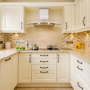 Geschlossene, Kleine Klassische Küche ohne Insel in U-Form mit Doppelwaschbecken, Kassettenfronten, Quarzit-Arbeitsplatte, Küchenrückwand in Braun, Rückwand aus Keramikfliesen und Küchengeräten aus Edelstahl in Cornwall