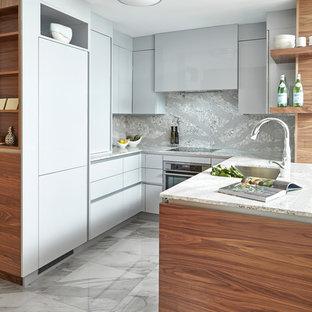 トロントの小さいコンテンポラリースタイルのおしゃれなキッチン (アンダーカウンターシンク、フラットパネル扉のキャビネット、グレーのキャビネット、グレーのキッチンパネル、石スラブのキッチンパネル、白い床) の写真